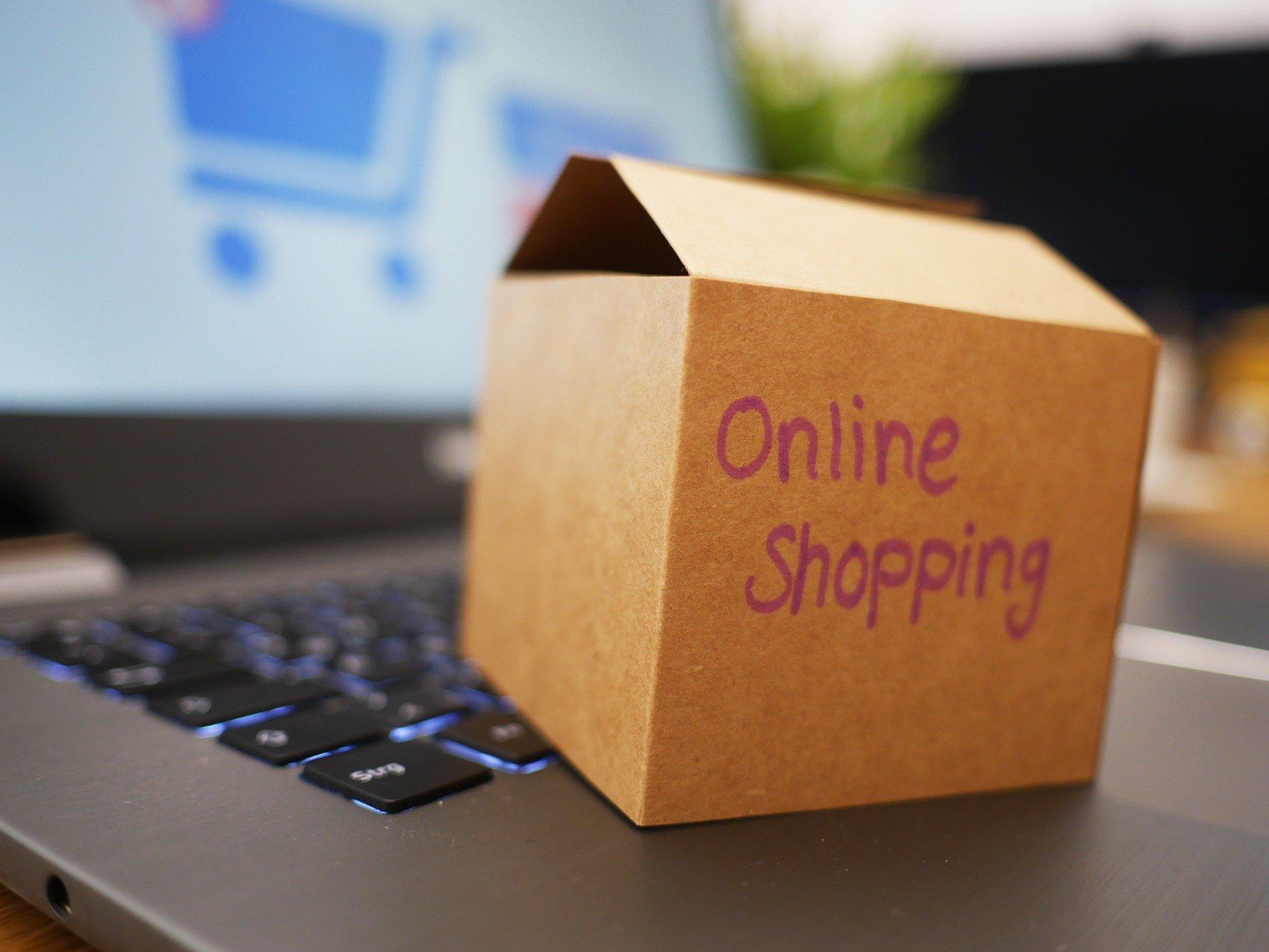 Onlineshop Konzept Schachtel auf Tastatur