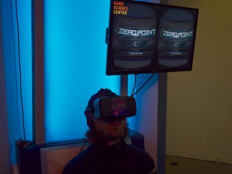 Die 3D-Brille Oculus Rift im Einsatz. Von außen langweilig, wenn man sie aufsetzt, beeindruckend.