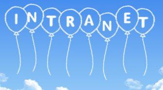 Bild mit Intranet Schriftzug auf blauem Himmel mit Wolken
