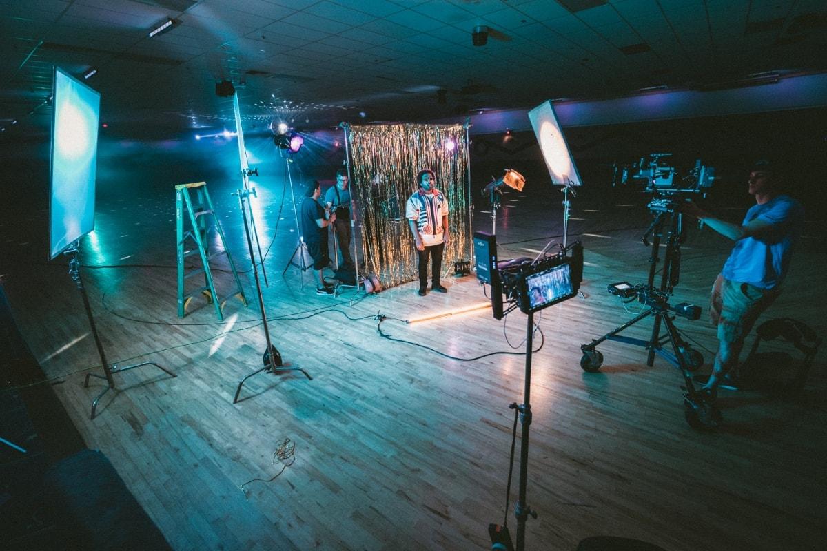 Videoproduktionstaette mit zwei Kameras, die auf einen Mann zeigen.