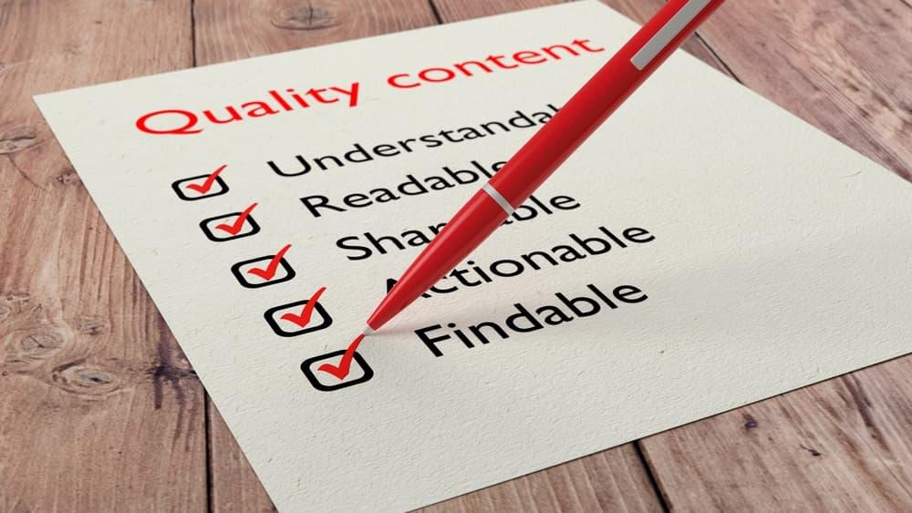Roter Kugelschreiber, der Qualitäts-Checklisten ankreuzt