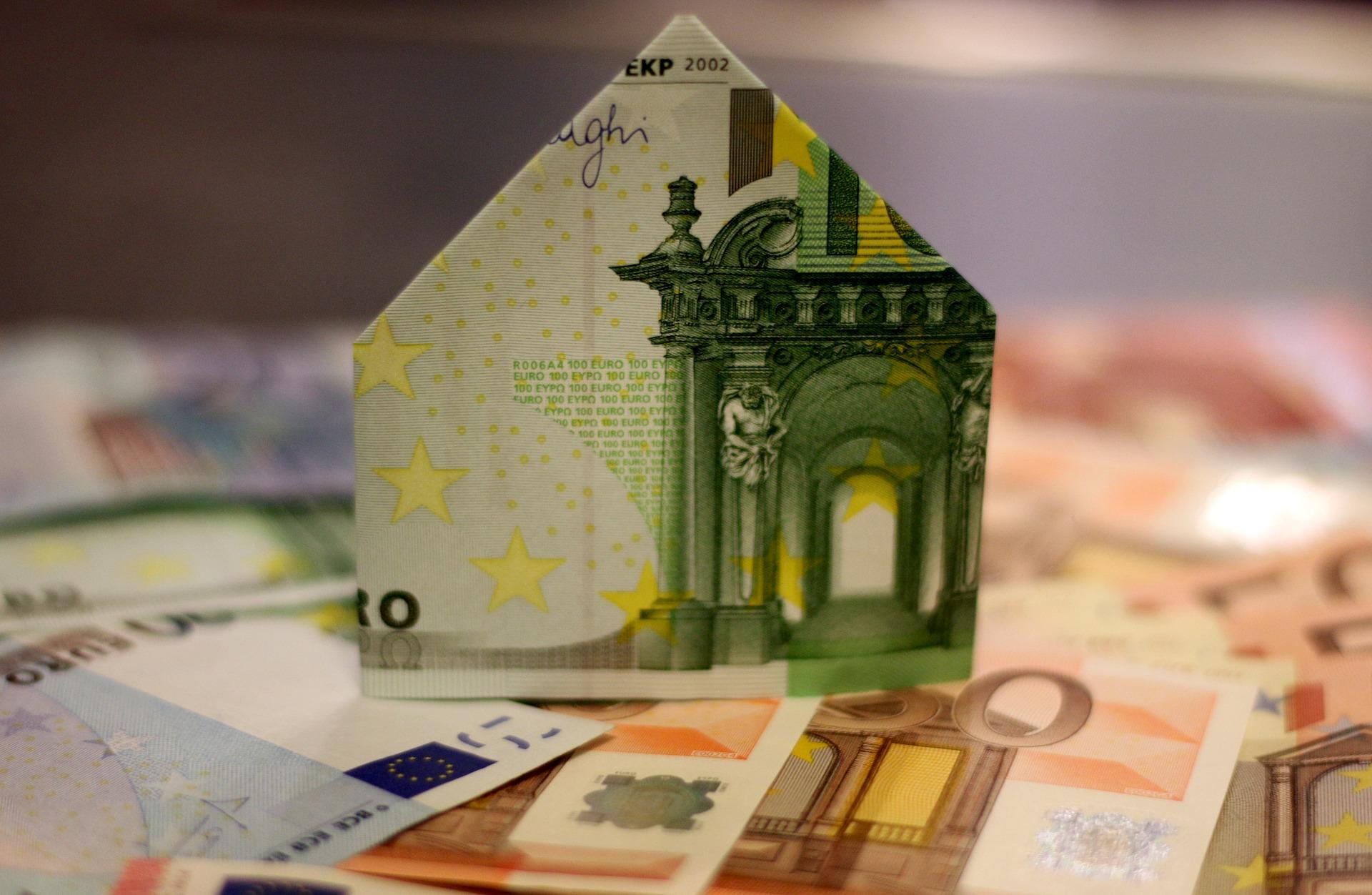Thema Businesskredit: Aus Euroscheinen gebautes Haus