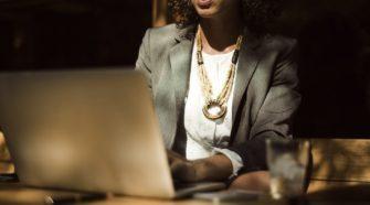 User Experience: Geschäftsfrau sitzt vor einem Laptop