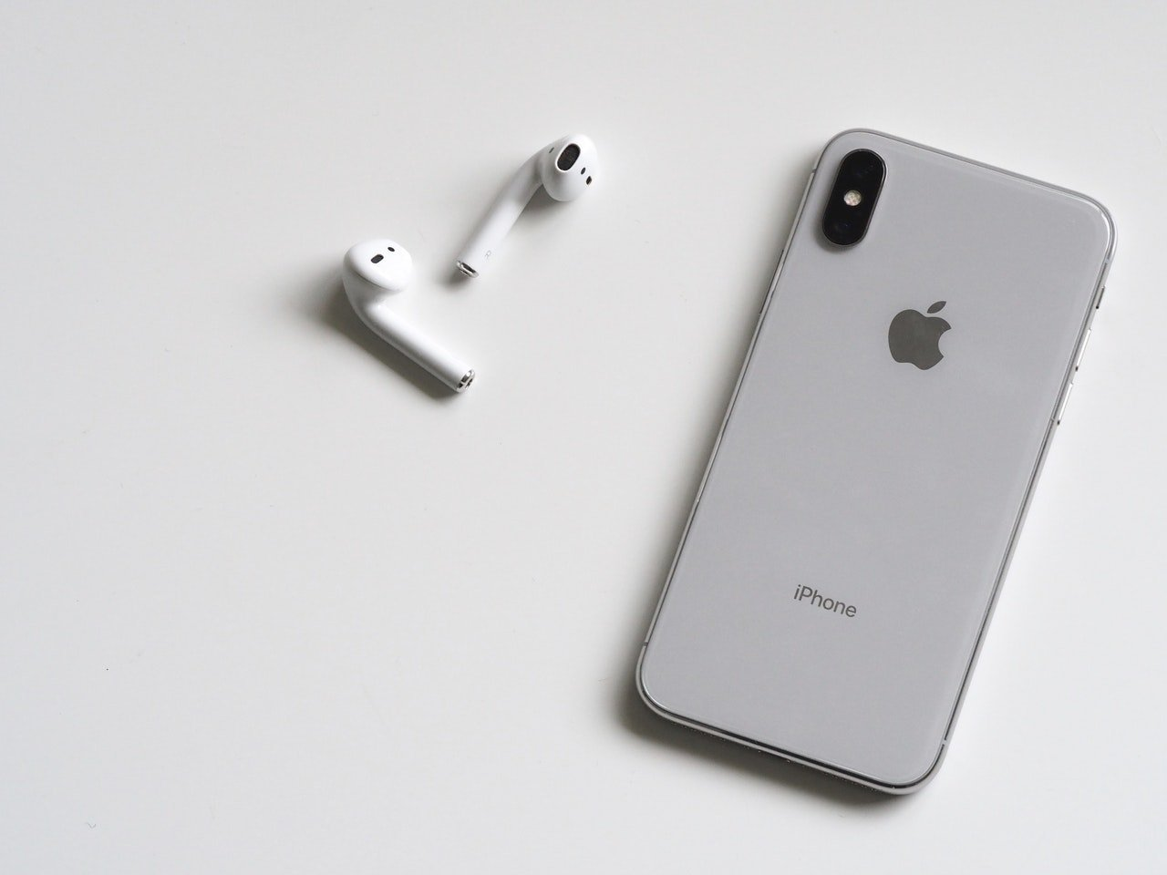 iPhone mit Bluetooth-Kopfhörern