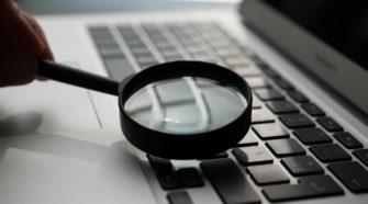 Lupe zeigt auf Laptop-Tastatur