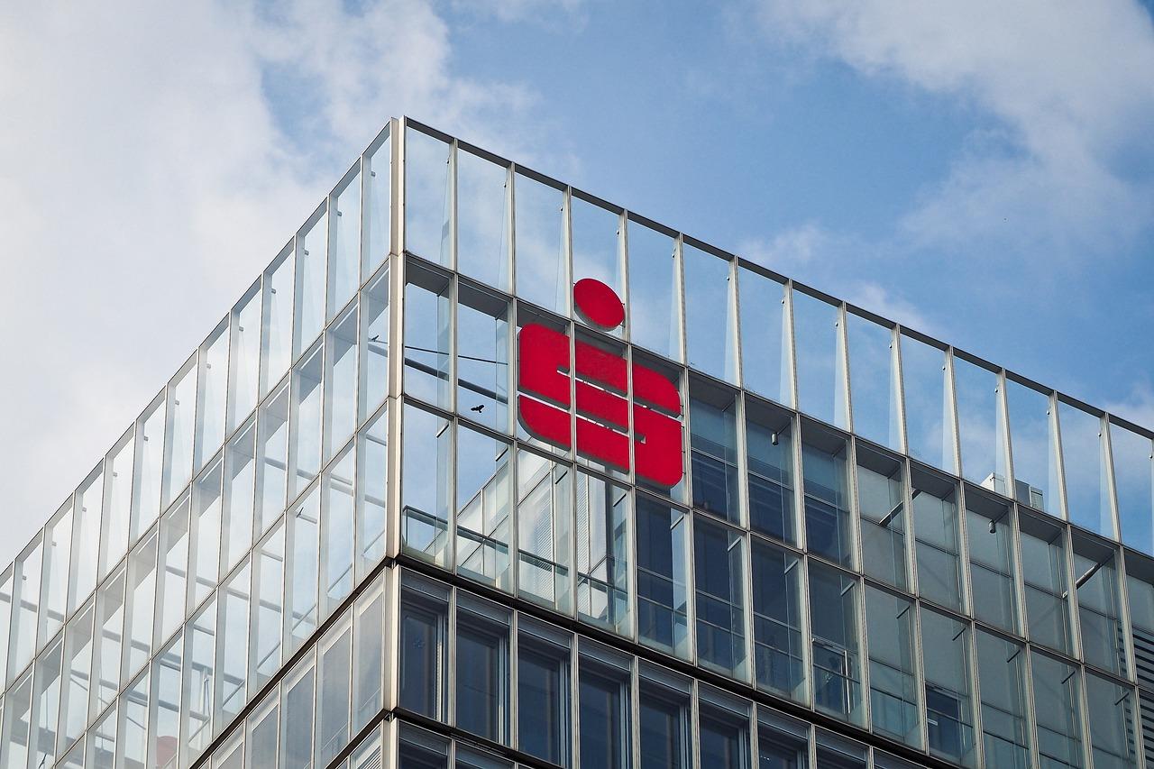 Moderne Bürogebäude mit Glasfront und Sparkassen-Logo
