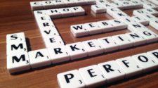 Schlagwörter zum Thema Content-Marketing mit Scrabble-Steinen zusammengelegt