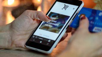 Frau mit Smartphone kauft online ein