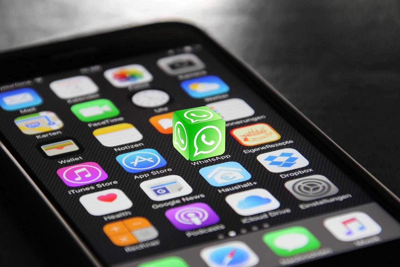iPhone mit hervorgehobener WhatsApp-App