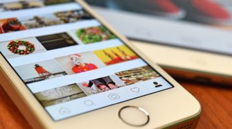 Handy mit Instagram App im Explore Feed