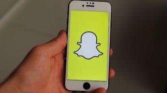 Smartphone mit Snapchat-Logo auf Bildschirm