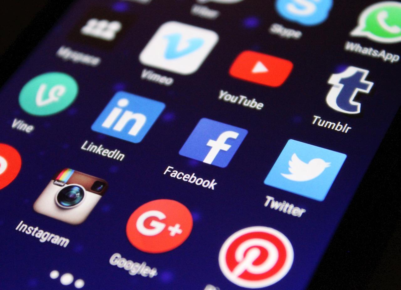 Smartphone-Display mit verschiedenen Apps, unter anderem Facebook