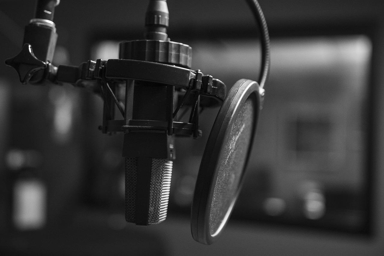 Mikrofon mit Spuckschutz für Podcast-Aufnahmen