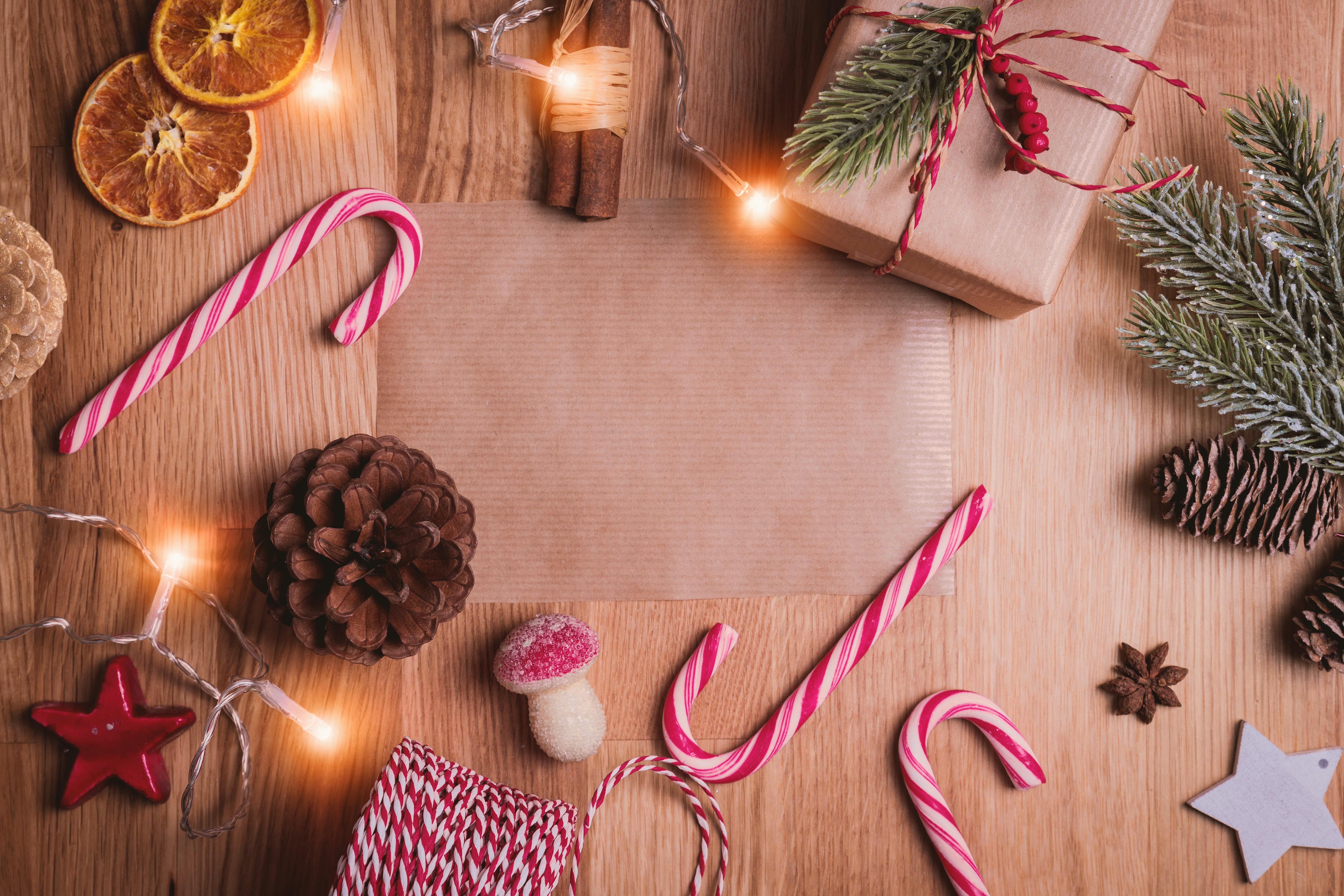 Weihnachtsdekoration wie Zuckerstangen, Kerzen und Geschenke vermitteln ein weihnachtliches Gefühl zur Weihnachtsstudie des Händlerbunds
