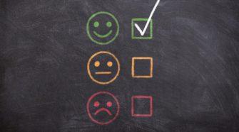 Tafel mit Smileys für Feedback und Kundenbewertungen
