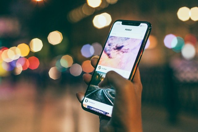 Content Curation Smartphone in der Hand