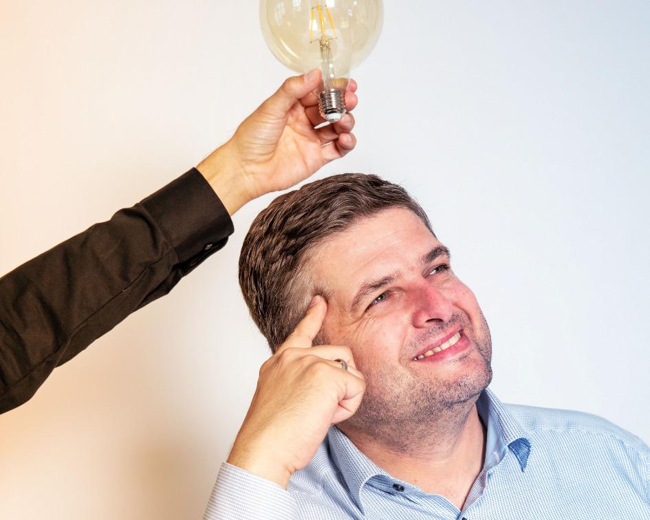 PR, Werbung, Content Marketing, Social Media Agenturen Mann mit Glühlampe über dem Kopf Idee