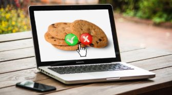 Google Tracking Alternative Laptop mit Cookies auf dem Bildschirm