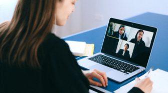 Virtuelle Events Frau vor Laptop im digitalen Meeting