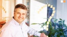 PIM Software Kosten Mann mit Fragezeichen