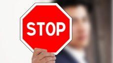 floc Stopschild mit Mann im Hintergrund