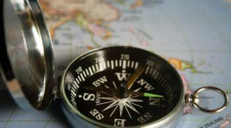 Kompass auf Landkarte PIM Projekt