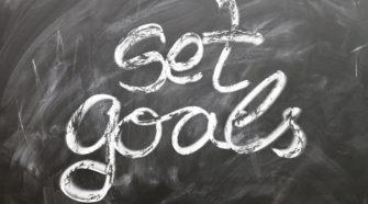 Projektmanagement einführen Tafel mit Schriftzug set goals