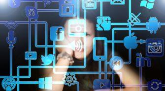 was macht ein social media manager berufsbild frau mit icons im vordergrund
