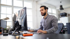 Open Source PIM Mann vor Computer Monitor im Büro