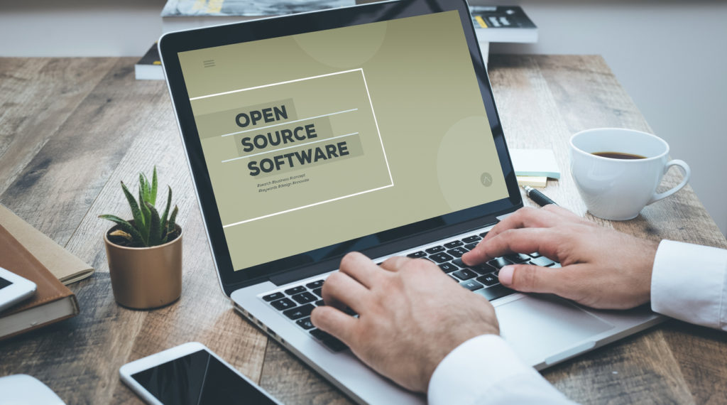 Open Source PIM Laptop mit Schriftzug Open Source Software im Screen