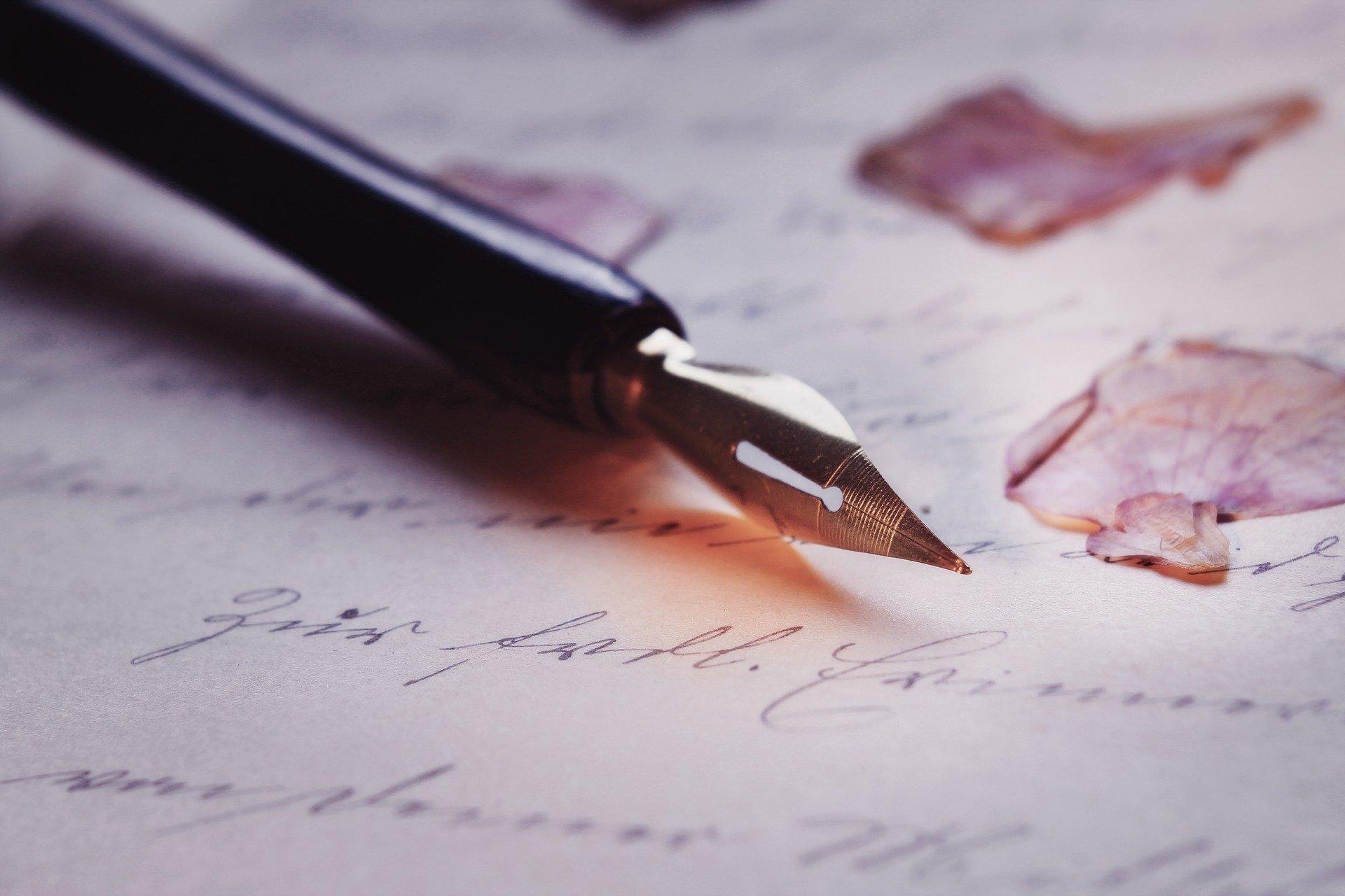 Magische Wörter Füllfederhalter auf beschriebenem Blatt