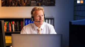Kommunikation mit Kunden Telefonat über Headset im Büro