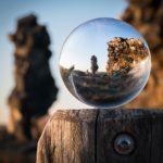 Redaktionsplan Perspektivwechsel Steingebilde durch Glaskugel