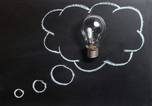 Social Media Konzept Gedankenblase mit Glühbirne
