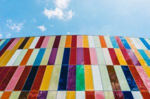 Wirkung von Farben Niederwinkelfotografie von Verbundglasgebäude mit bunten Fenstern