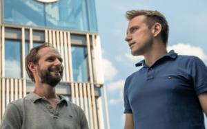 Shopware Gründer Sebastian Hamann und Stefan Hamann von links in der Serie New Kid in Town