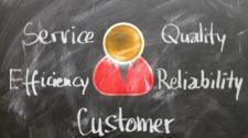 CRM Anbieter Tafel mit Kundenicon und Wörtern