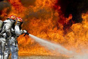 Krisen PR Feuerwehrleute beim Löschen